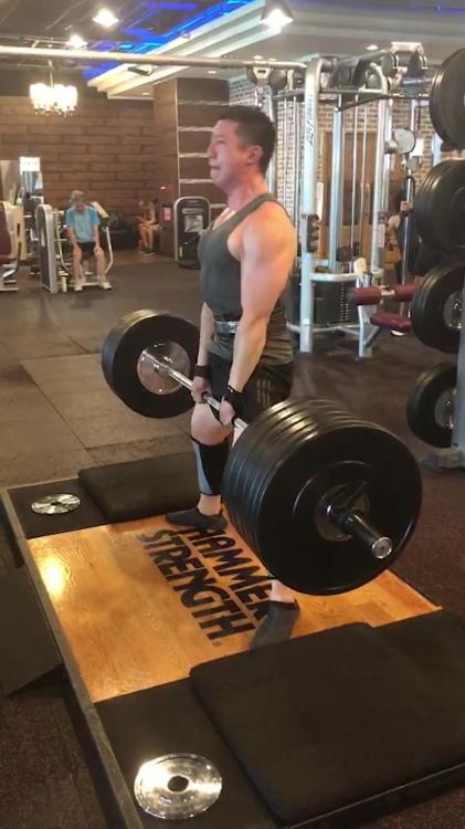 體重70kg硬舉200kg