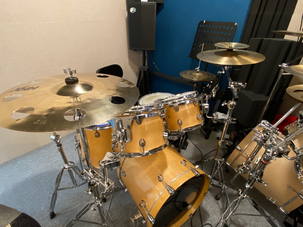 流行鼓鼓房,設有兩套流行鼓(老師學員各一套)。適合中學或以上學員使用。